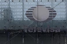 Foto de archivo del logo de Televisa en las oficinas centrales de la empresa en la capital de México. Abr 29, 2014. La firma mexicana de medios y telecomunicaciones Grupo Televisa, del magnate Emilio Azcárraga, reportó el jueves una caída del 37 por ciento en sus ganancias del cuarto trimestre, ante mayores gastos y a pesar de mejores ventas. REUTERS/Tomas Bravo