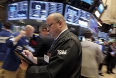 Трейдеры на торгах Нью-Йоркской фондовой биржи 24 февраля 2016 года. Уолл-стрит закрылась на положительной территории в четверг, так как рост цен на нефть снизил беспокойство по поводу вероятности невыплаты кредитов банкам, и инвесторы увидели возможности на рынке после нескольких недель волатильных торгов. REUTERS/Brendan McDermid