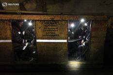 Горняки на шахте Воргашорская в Воркуте 30 августа 2011 года. Число жертв аварии на угольной шахте Северстали в Воркуте выросло до четырёх, судьба ещё 26 неизвестна, сообщил Следственный комитет России на своем сайте в пятницу. REUTERS/Eduard Korniyenko