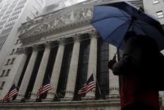 Wall Street abrió al alza el viernes después de que un dato mostrara que la economía estadounidense creció un 1 por ciento en el cuarto trimestre, por encima del 0,7 por ciento registrado el mes pasado En la imagen, un hombre bajo la lluvia pasa por delante de la Bolsa de Nueva York, EEUU, el 24 de febrero de 2016.  REUTERS/Brendan McDermid
