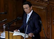 El ministro de Finanzas de Japón, Taro Aso, dando un discurso frente al Parlamento en Tokio, ene 22, 2016. La economía mundial se encamina a una recuperación gradual, pero  la volatilidad se intensifica por la incertidumbre sobre China y sus políticas económicas, desplomando los precios del petróleo y una divergencia de política monetaria entre las potencias, dijo el viernes el ministro de Finanzas de Japón, Taro Aso.  REUTERS/Toru Hanai