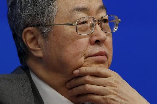 2月27日、中国人民銀行の周小川総裁は、主要20カ国・地域(G20)の間で政策協調を改善する必要性が高まっているとの見解を明らかにした。写真は26日、G20を前に上海で会見する周総裁(2016年 ロイター/Aly Song)