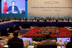 Les ministres des Finances du G20 et les banquiers centraux réunis à Shanghaï ont déclaré samedi que les instruments monétaires ne suffiront pas pour faire sortir l'économie mondiale de sa torpeur. Dans un communiqué, ils pointent une série de risques qui menacent la croissance mondiale, évoquant la volatilité des flux de capitaux, la chute des cours des matières premières et les retombées potentielles d'un éventuel Brexit. /Photo prise le 26 février 2016/REUTERS/Aly Song