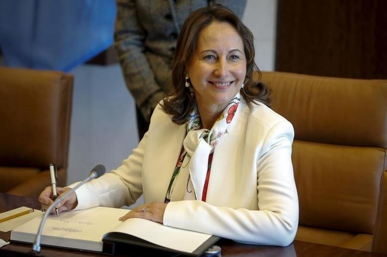 French Minister for Ecology, Sustainable Development and Energy Segolene Royal signs the guest book following her photo opportunity with United Nations Secretary General Ban Ki-moon at United Nations Headquarters in the Manhattan borough of New York, January 11, 2016.     REUTERS/Carlo Allegri