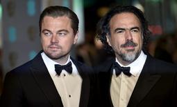 El actor Leonardo DiCaprio (izquierda) y el director mexicano Alejandro González Iñárritu (derecha) llegan a la ceremonia de premiaciones del BAFTA en Londres. Imagen de archivo. Febrero 14, 2016.  REUTERS/Toby Melville