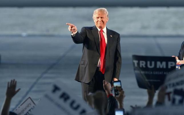 2月28日、ジェフ・セッションズ米上院議員は、今年の米大統領選挙で共和党候補者指名を目指す不動産王ドナルド・トランプ氏(写真)への支持を表明した。テネシー州ミリントンで27日撮影(2016年 ロイター/KAREN PULFER FOCHT)