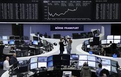 Las bolsas europeas se replegaban el lunes desde máximos de tres semanas, encaminándose hacia su tercer mes consecutivo a la baja, después de que la reunión del G20 el pasado fin de semana finalizase sin medidas nuevas y concretas para impulsar el crecimiento mundial. En la imagen, operadores trabajan en la bolsa de Fráncfort el 25 de febrero de 2016.   REUTERS/Staff/Remote