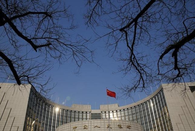 2月29日、中国人民銀行(中央銀行)は銀行の預金準備率の引き下げを発表した。引き下げは2015年2月以降で5回目。写真は北京の中国人民銀行本部。1月撮影(2016年 ロイターS/Kim Kyung-Hoon)