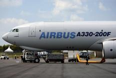 Air China a signé un contrat avec Airbus portant sur l'achat de 12 avions pour elle-même et ses filiales au prix catalogue de 2,93 milliards de dollars (2,69 milliards d'euros). /Photo d'archives/REUTERS/Tim Chong