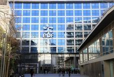 EDF, en hausse de 2,1%, est à suivre à la Bourse de Paris à mi-séance lundi. La ministre de l'Ecologie, Ségolène Royal, a dit être prête à autoriser un prolongement de 10 ans de la vie des centrales nucléaires françaises. Le CAC 40 recule de 0,67% à 4.285,65 points à 12h25. /Photo prise le 16 février 2016/REUTERS/Jacky Naegelen