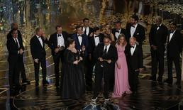 """Produtor Michael Sugar recebe o Oscar de melhor filme de """"Spotlight"""" ao lado de elenco e de produtores do longa. 28/02/2016  REUTERS/Mario Anzuoni"""