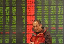 Un inversor frente a un tablero electrónico que muestra información bursátil, en una correduría en Fuyang, China. 29 de febrero de 2016. Las acciones chinas cerraron el lunes en su nivel más bajo en un mes debido a que las ganancias de empresas que cotizan en el índice ChiNext decepcionaron, mientras que los inversores desestimaron comentarios optimistas de autoridades chinas formulados en la cumbre del G-20. REUTERS/China Daily