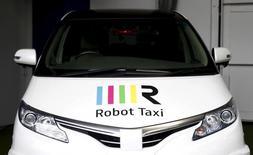 El logo de Robot Taxi en la capota de uno de los vehículos de la compañía en su presentación en Yokohama, Japón, oct 1, 2015. La empresa japonesa Robot Taxi quiere asociarse con automotrices para desarrollar un servicio de taxis sin conductor a tiempo para los Juegos Olímpicos del 2020, dijo la firma, que realiza sus primeras pruebas en calles públicas y se une a una carrera global para desarrollar autos que se conduzcan por sí mismos.  REUTERS/Yuya Shino