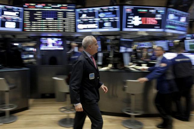 3月1日、米国株式市場は、原油相場の反発にもかかわらず下落した。公益株は買われたがヘルスケア株やエネルギー株が売られ、全体を押し下げた。写真はニューヨーク証券取引所、2月撮影(2016年 ロイター/Brendan McDermid)