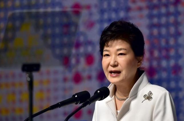 3月1日、韓国の朴槿恵大統領は、韓国は北朝鮮との対話の扉を閉ざすつもりはないが、核開発プログラムに固執する限り、北朝鮮に対する国際社会からの圧力は増幅するだろうと警告した。出席中の式典での演説の中で北朝鮮問題に言及した。写真はソウルで代表撮影(2016年 ロイター)