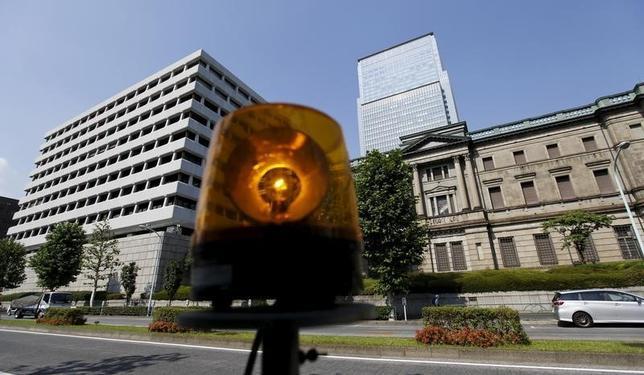 3月1日、日銀が発表した2月の債券市場サーベイによると、債券市場の機能度について「高い」との回答から「低い」との回答を差し引いたDIがマイナス36となり、前回の昨年11月調査のマイナス13から大きく悪化した。写真は都内で昨年6月撮影(2016年 ロイター/Toru Hanai)