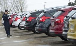 Las ventas de coches en España siguieron creciendo a un ritmo elevado en el segundo mes de 2016, siendo el mejor mes de febrero desde el año 2008, dijo el martes la patronal de fabricantes de vehículos Anfac.   En la imagen de archivo, un operario revisa un grupo de coches nuevos en un concesionario de Ford en Burgos, España, el 2 de noviembre de 2011. REUTERS/Felix Ordoñez