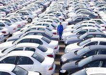 Рабочий на стоянке автопроизводителя Iran Khodro к западу от Тегерана 6 февраля 2016 года. Президент Ирана призвал к приватизации автопрома, которая помогла бы добиться цели превратить экономику в глобального конкурента, и недвусмысленно намекнул на намерения открыть местный рынок для иностранных инвестиций. REUTERS/Raheb Homavandi/TIMA
