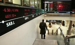 En la imagen, gente camina en el vestíbulo de la London Stock Exchange en Londres, Inglaterra, el 30 de noviembre de 2015. El operador global de mercados financieros Intercontinental Exchange Inc (ICE) dijo que está considerando hacer una oferta por London Stock Exchange Group Plc (LSEG). REUTERS/Suzanne Plunkett