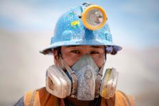 Un minero de la compañía Aurelsa tomando una pausa en la localidad de Relave, Perú, feb 20, 2014.El vital sector de minería e hidrocarburos en Perú se expandió un 7,83 por ciento internual en enero, impulsado por una mayor producción de cobre, plata y oro, dijo el martes el Gobierno. REUTERS/ Enrique Castro-Mendivil