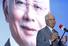 Премьер-министр Малайзии Наджиб Разак говорит о бюджете в Путраджае 28 января 2016 года. На счетах премьер-министра Малайзии Наджиба Разака хранилось на сотни миллионов долларов больше, чем ранее обнаружило расследование в отношении госфонда 1Malaysia Development Berhad, сообщила Wall Street Journal в понедельник. REUTERS/Olivia Harris