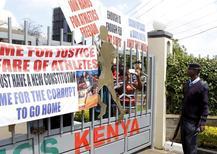 Atletas quenianos protestam em frente à sede da federação queniana de atletismo após revelação de casos de acobertamento de doping. 23/11/2015 REUTERS/Noor Khamis