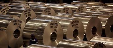 Unos rollos de aluminio en una fábrica en Pindamonhangaba, Brasil, jun 19, 2015. El crecimiento del sector manufacturero global se estancó en febrero, ya que una caída de los precios no logró frenar una desaceleración en los nuevos pedidos, lo que llevó a las fábricas a reducir puestos de trabajo, mostró el martes un sondeo empresarial.     REUTERS/Paulo Whitaker
