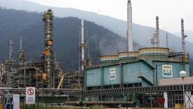 Vista geral de refinaria da Petrobras em Cubatão (SP). 25/02/2015. REUTERS/Paulo Whitaker