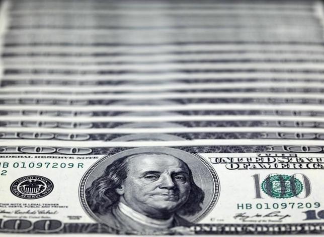 3月1日、終盤のニューヨーク外為市場では、ドルが対円で反発した。円高が行き過ぎたとの見方で円が売られた。写真はドル紙幣、台北で2010年11月撮影(2016年 ロイター/Nicky Loh)