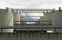 Нефтехранилища на терминале в Валдизе, Аляска 8 августа 2008 года. Запасы нефти в США выросли на 9,9 миллиона баррелей до 517,1 миллиона баррелей на неделе, завершившейся 26 февраля, сообщил Американский институт нефти (API). REUTERS/Lucas Jackson