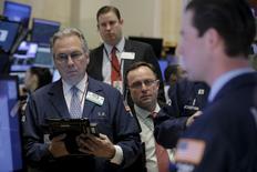 Трейдеры на торгах Нью-Йоркской фондовой биржи 1 марта 2016 года. Фондовый рынок США показал сильнейшую сессию за месяц во вторник благодаря финансовому и технологическому сектору после оптимистичных данных о производственной активности и строительстве в США, указавших на то, что крупнейшая экономика мира вновь набирает обороты. REUTERS/Brendan McDermid