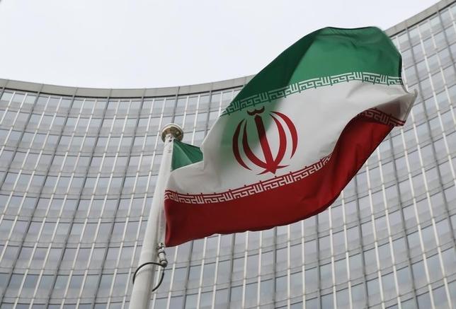 2月29日、26日投票のイラン国会と専門家会議の同時選挙で、ロウハニ大統領を支持する穏健・改革派が躍進し、大統領と対立する保守強硬派は退潮が鮮明となった。写真はイラン国旗。ウィーンで1月撮影(2016年 ロイター/Leonhard Foeger)