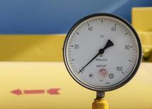 Датчик давления на газокомпрессорной станции и ПХГ в украинском селе Мрин. 15 октября 2015 года. Украина сократила импорт газа в январе-феврале 2016 года до 2,1 миллиарда кубометров с 4,1 миллиарда кубометров за аналогичный период прошлого года, сообщила украинская газотранспортная монополия Укртрансгаз. REUTERS/Gleb Garanich