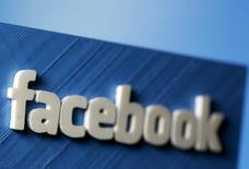 Facebook, que l'autorité allemande de la concurrence soupçonne d'abus de position dominante et d'infraction aux règles en vigueur en matière de respect de la vie privée, à suivre mercredi sur les marchés américains. /Photo d'archives/REUTERS/Dado Ruvic