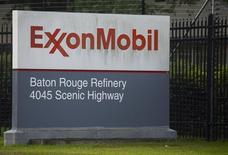 Un cartel de ExxonMoil en la entrada de su refinería en Baton Rouge, en Louisiana, 6 de noviembre de 2015. Exxon Mobil, la mayor compañía petrolera que cotiza en bolsa, dijo el miércoles que su producción aumentaría lentamente durante el 2017 en momentos en que continúa reduciendo costos. REUTERS/Lee Celano
