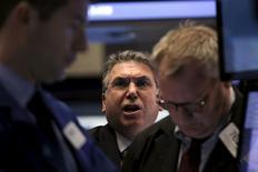 Трейдеры на фондовой бирже в Нью-Йорке. 29 февраля 2016 года. Фондовые рынки США начали сессию среды на отрицательной территории из-за падения цен на нефть после выхода данных о существенном росте запасов в стране, а также доклада о занятости ADP.  REUTERS/Brendan McDermid