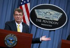 """Le secrétaire américain à la Défense, Ash Carter. Le département américain de la Défense a invité mercredi les as de l'informatique à tester ses systèmes de cybersécurité dans le cadre d'un concours baptisé """"Hack the Pentagon"""".  /Photo d'archives/REUTERS/Yuri Gripas"""