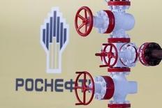 Foto de archivo del logo de la petrolera estatal rusa Rosneft, en el campo de petróleo Samotlor, en Nizhnevartovsk, Rusia. 26 de enero de 2016. Rosneft de Rusia, el principal productor mundial de crudo que cotiza en bolsa, está lanzando la idea de un recorte de la producción local para equilibrar el mercado petrolero global, en momentos en que se enfrenta a un baja natural de su propia producción este año, dijeron dos fuentes del sector.REUTERS/Sergei Karpukhin/Files
