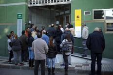 La creación de empleo en España se frenó en febrero y el paro registrado subió por segundo mes consecutivo tras haber descendido en ese mes en 2015 y 2014. En la imagen, varias personas esperan para entrar en una oficina de empleo en Málaga, el 2 de marzo de 2016. REUTERS/Jon Nazca