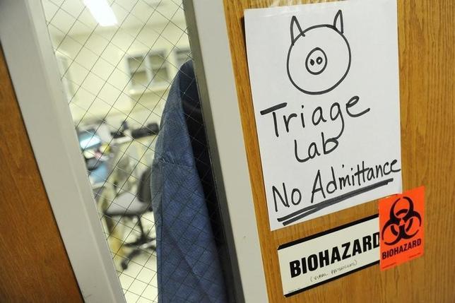 3月3日、メキシコで豚インフルエンザ(H1N1型)が大流行しており、保健省のデータによると、すでに945人の感染が確認され、68人の死者が出ている。写真は豚インフルエンザが猛威を振るった2009年9月、メリーランド州保健精神衛生省で撮影(2016年 ロイター/Jonathan Ernst)