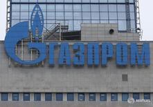 Логотип Газпрома на штаб-квартире компании в Москве 24 февраля 2015 года. Российский Газпром и китайский Bank of China заключили соглашение о предоставлении кредита в размере 2 миллиардов евро сроком на пять лет, сообщил концерн в четверг. REUTERS/Maxim Zmeyev