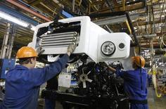 Рабочие на заводе ГАЗ в Нижнем Новгороде 17 июня 2009 года. Рынок грузовиков в РФ в январе 2016 года упал на 40,6 процента до 2.800 штук, сообщило в понедельник аналитическое агентство Автостат. REUTERS/Denis Sinyakov