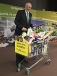El gigante español de la distribución Mercadona anunció el jueves que su beneficio neto mejoró un 12 por ciento en 2015 hasta 611 millones de euros, en un año que afianzó su expansión en el País Vasco. en la iamgen de archivo, Juan Roig, presidente de Mercadona, junto a un carrito de la compra durante la presentación de resultados de 2014. REUTERS/Heino Kalis