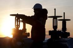 Рабочий проверяет вентиль на нефтепроводе Лукойла, месторождение Имилорское в районе восточносибирского Когалыма 25 января 2016 года. Представители нескольких стран из организации нефтеэкспортёров (ОПЕК) и стран, не входящих в картель, планируют встречу в России приблизительно 20 марта, сказал на конференции министр нефти Нигерии Эммануэль Качикву. REUTERS/Sergei Karpukhin