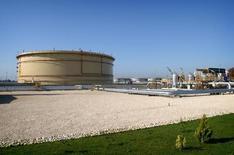 Нефтяные терминалы в нефтеналивном порту Нека в Иране. 29 апреля 2004 года. Иран рассчитывает в марте повысить экспорт нефти до 1,65 миллиона баррелей в сутки с 1,5 миллионов в феврале благодаря увеличению поставок в Европу, сообщили Рейтер два источника в отрасли в четверг. REUTERS/Morteza Nikoubazl