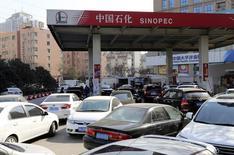 Vehículos en fila para rellenar sus estanques de gasolina antes de un alza de precios en Zhengzhou, China, feb 9, 2015. Las importaciones de crudo de China podrían aumentar en más de 800.000 barriles por día este año, impulsadas por la necesidad de almacenamiento, una firme demanda de gasolina y las exportaciones de combustible, dijo el jueves una ejecutiva de una consultoría con sede en Pekín  REUTERS/Stringer  IMAGEN SOLO PARA USO EDITORIAL