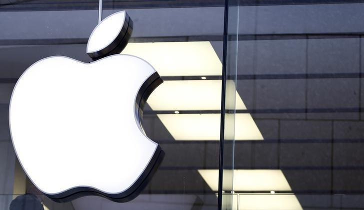 An Apple logo is seen at the Apple store in Munich, Germany, January 27, 2016.  REUTERS/Michaela Rehle