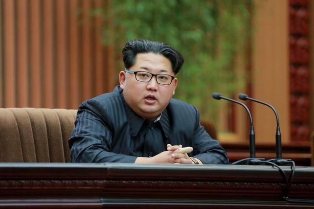 3月4日、KCNAによると、北朝鮮の金正恩第1書記(写真)は軍事演習に立ち会い、敵からの脅威が高まっていることを踏まえ、いつでも核兵器を発射できる準備を整えておくよう命じた。2月撮影(2016年 ロイター/KCNA )