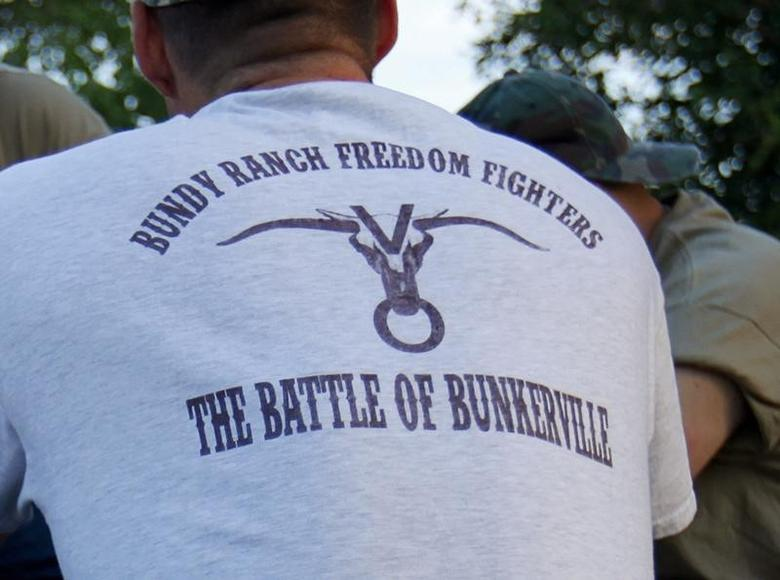 Militia men surrounding the ranch of Cliven Bundy gather at the back of a parked pickup truck in Bunkerville, Nevada May 3, 2014.  REUTERS/Mike Blake