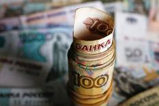 Рублевые купюры в Варшаве 22 января 2016 года. Рубль начал ростом торги пятницы на фоне котировок Brent выше отметки 37 за баррель, в течение дня влияние на котировки, помимо динамики нефти, будут оказывать предпраздничные денежные потоки, вечером - реакция на трудовую статистику США. REUTERS/Kacper Pempel